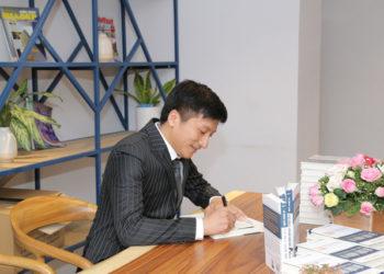 Tác giả Lê Minh Tuấn giao lưu cùng ông Nguyễn Anh Dũng - Sáng lập Sbooks